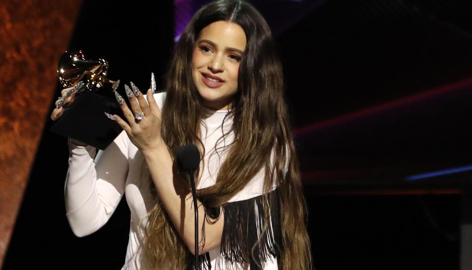 Rosalía aixecat el gramòfon daurat a millor disc llatí de rock, urbà o alternatiu durant els Grammy a Los Angeles.