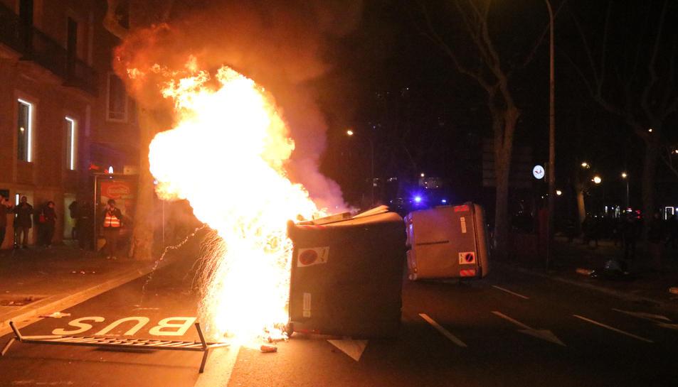 Un contenidor crema en el marc d'una protesta contra la retirada de l'acta de diputat al president de la Generalitat, Quim Torra.