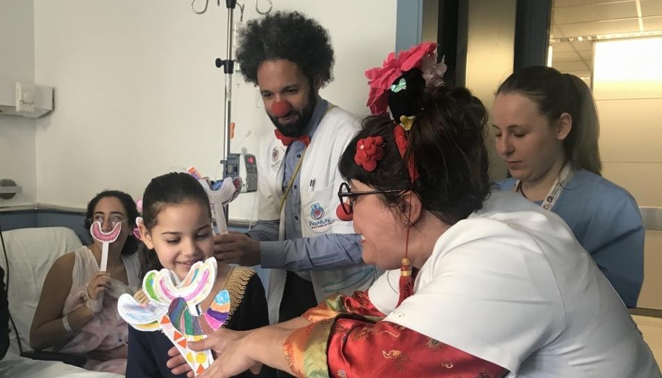 La Fira Centre Comercial de Reus visita la planta de pediatria del Joan XXIII