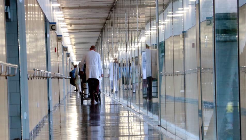Un passadís de l'Hospital del Mar; el doctor Robert Güerri, metge adjunt del Servei de Malalties Infeccioses.
