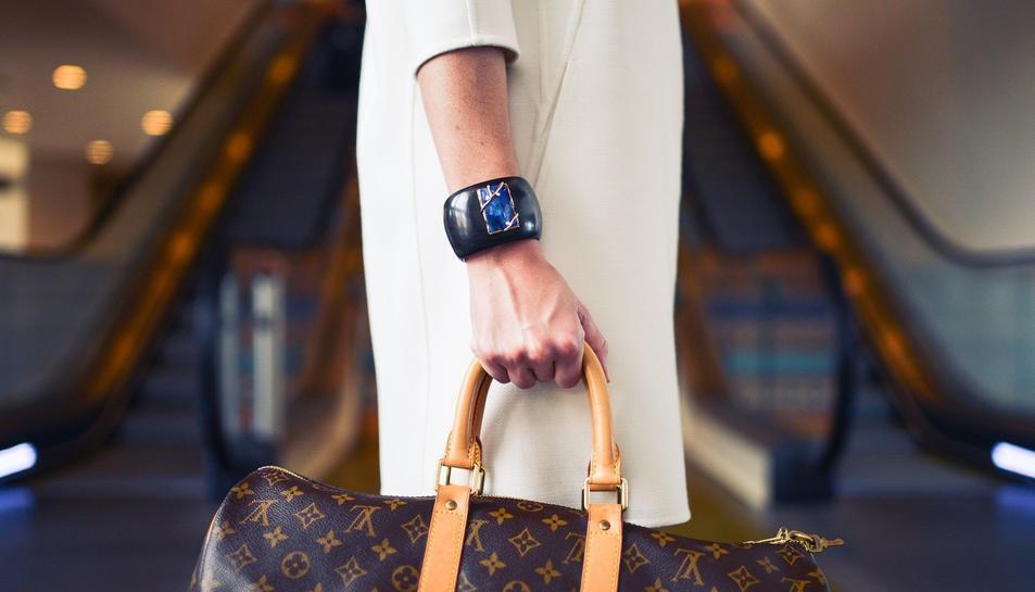 Imatge d'una dona amb una bossa de mà.