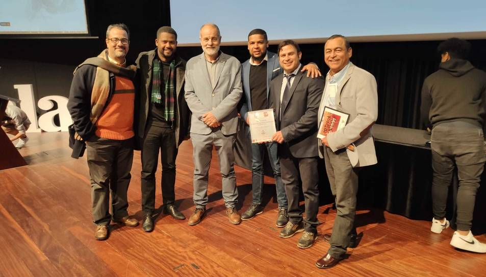 Membres del Vila-seca Gladiators amb el diputat socialista tarragoní, Joan Ruiz, a la gala.