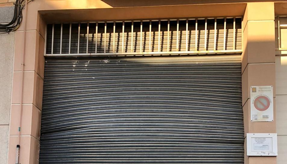 Imatge de la persiana del local d'un veí afectada per l'explosió.