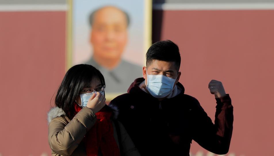 Dos xinesos amb mascareta per evitar el contagi del coronavirus originat a Wuhan