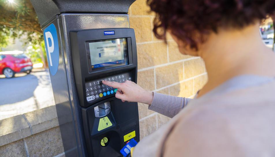 Una usuària realitza el pagament en un parquímetre nou l'estacionament de Doctor Battestini.