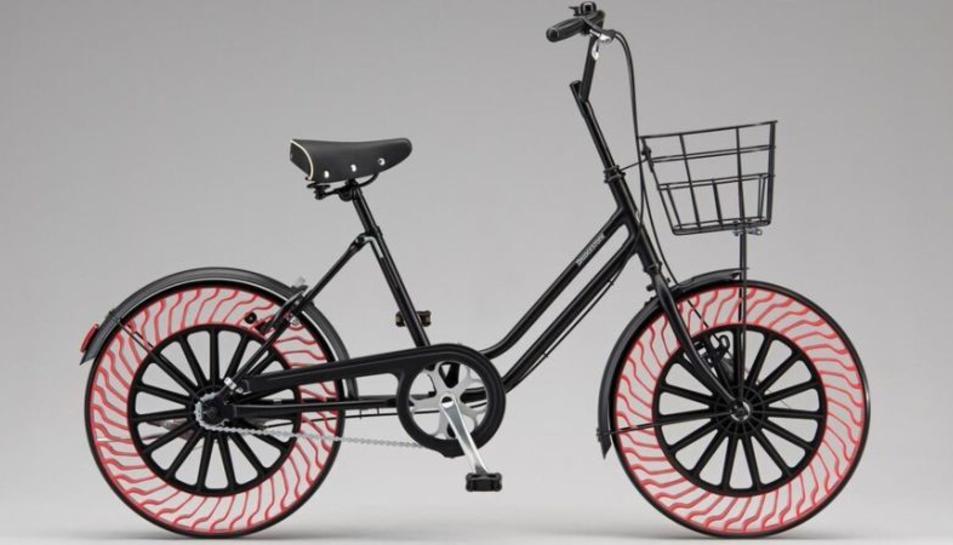 Una bicicleta amb rodes sense aire de Bridgestone.