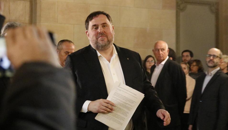 Pla mitjà de l'exvicepresident de la Generalitat Oriol Junqueras sortint de la comissió del Parlament que investiga el 155.