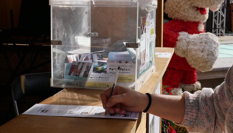 Imatge d'una persona votant als pressupostos participatius del Morell.