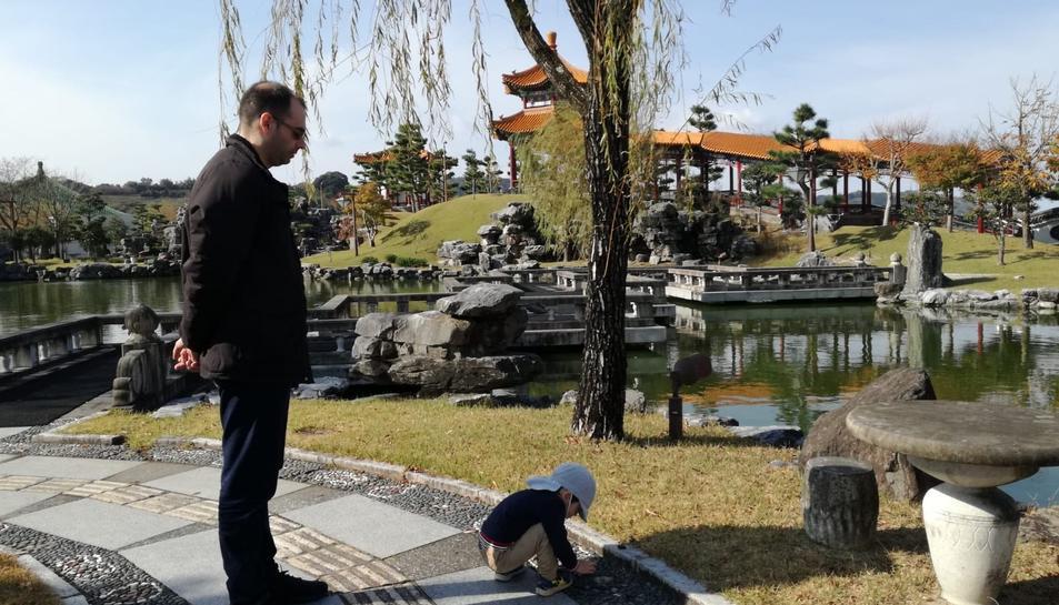 Tomàs Forteza, a Tottori (Japó) amb el seu fill en un parc de la localitat.