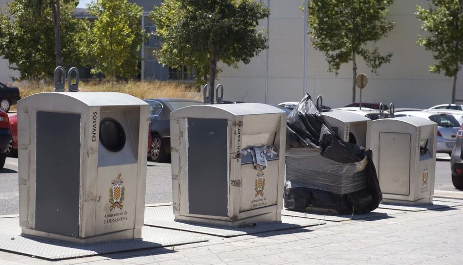 Illa de contenidors al carrer Josep Maria Alomà que, oficialment, mai ha entrat en servei.