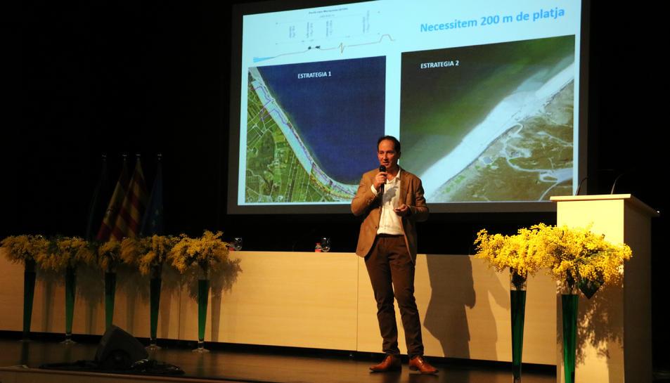 Pla general del tècnic assessor de la Taula del Consens, Rafa Sánchez, durant la presentació del Pla Delta.
