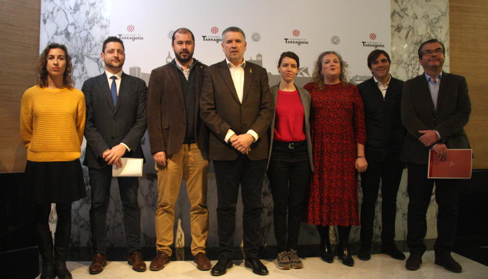 Els portaveus dels grups municipals de l'Ajuntament de Tarragona, en la doble declaració institucional.