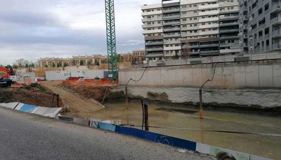 El mur separava la calçada del forat de les obres.