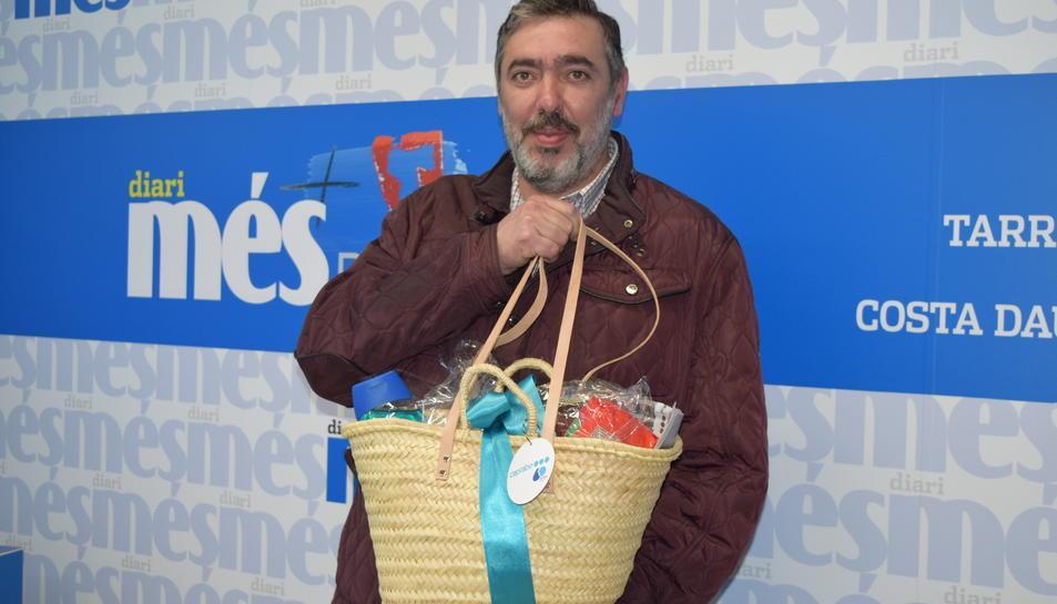 Gregori Solanellas amb la cistella de productes Caprabo.