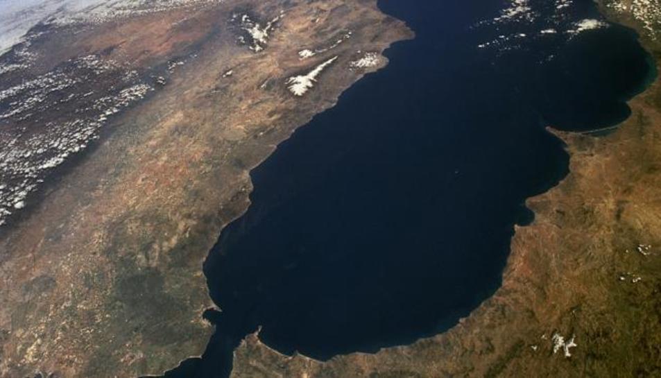 Imatge de l'Estret de Gibraltar on s'uneixen el Mediterrani i l'Atlàntic