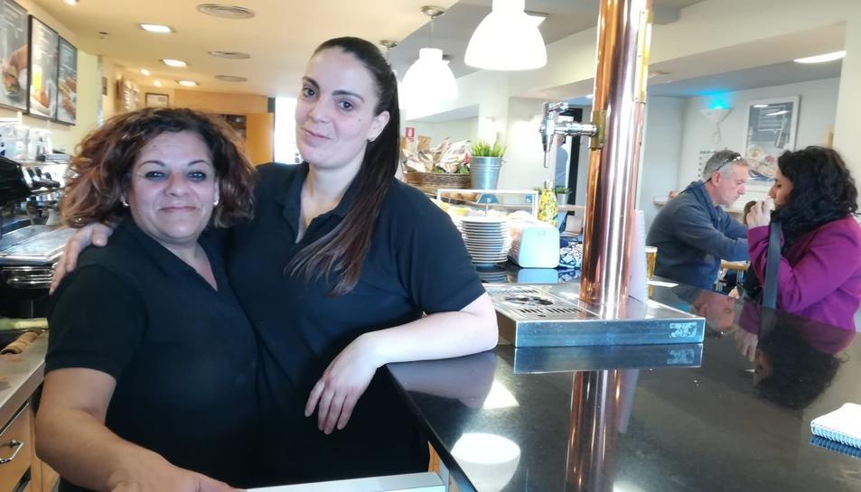 Cloti Macias i Lídia Arias, treballadores del bar que hi ha a l'interior de l'estació de ferrocarril.