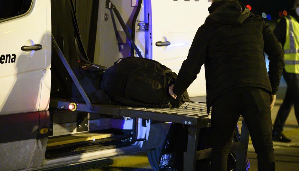 Un dels espanyols repatriats arregant maletes a Torrejón.