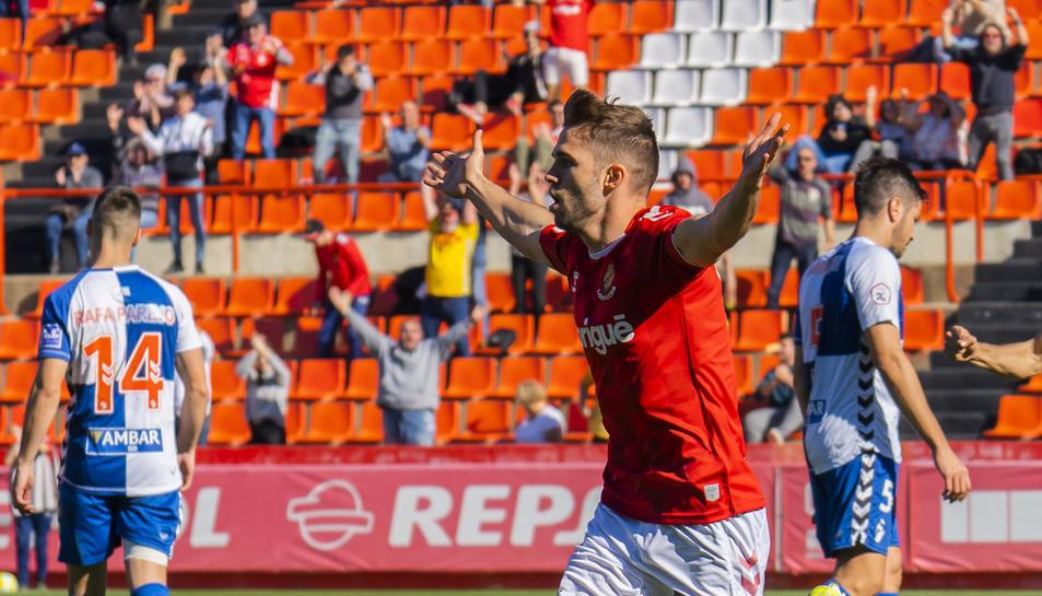 Fran Carbia celebrant el primer gol que va anotar diumenge contra l'Ebro i que posava per davant en el marcador als grana.