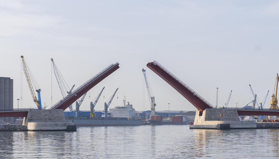 El pont mòbil del Port va ser inaugurat el mes de novembre del 1999 i la seva construcció va significar treure prop d'un miler de camions i altre tipus de vehicles dels carrers del barri del Serrallo.