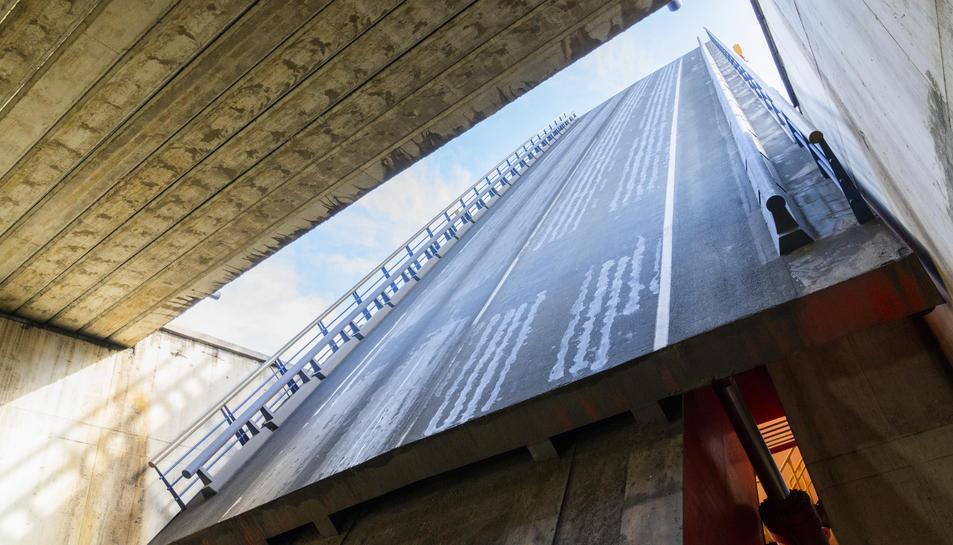 Procés d'aixecament d'una de les dues fulles del pont mòbil, que es podrà veure en la visita.