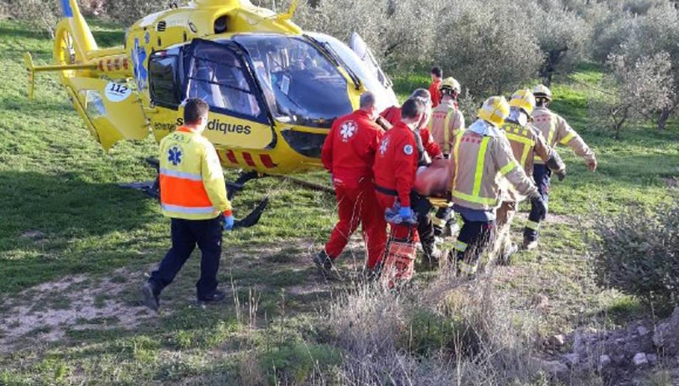 Imatge del moment de l'evacuació del ferit.