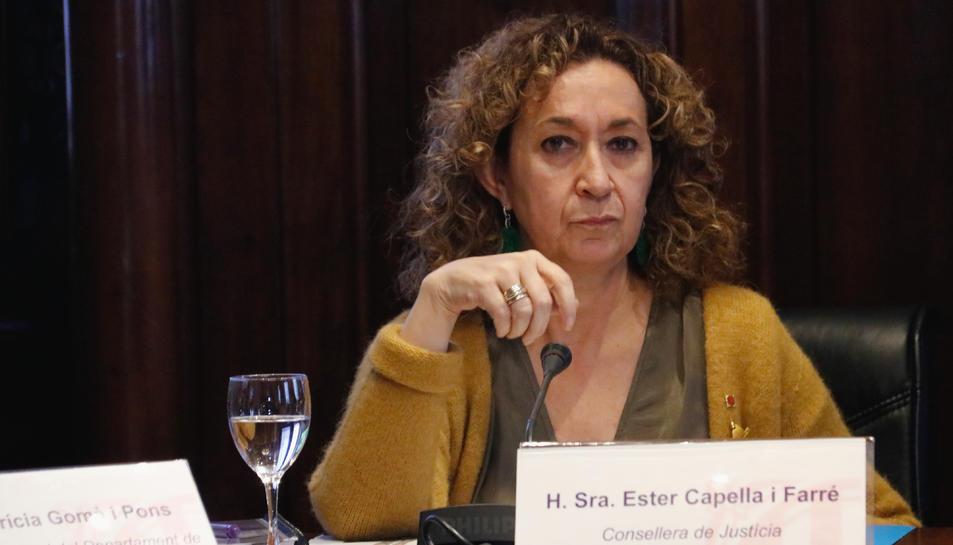 Pla mitjà de la consellera de Justícia, Ester Capella, compareixent en comissió al Parlament.