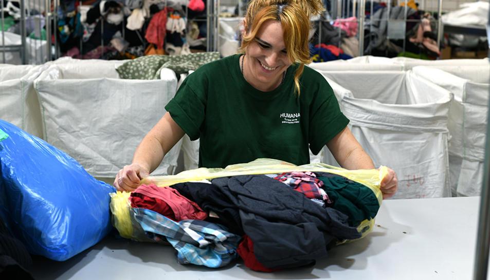 El servei de recollida selectiva del tèxtil és gratuït i representa un estalvi en les despeses de recollida i eliminació de residus sòlids urbans.