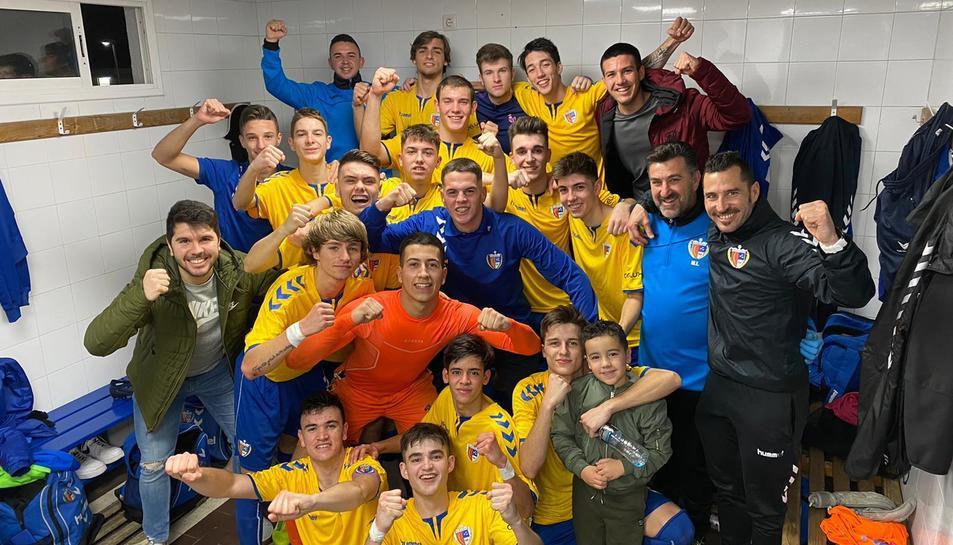 Els jugadors i cos tècnic del Vila-seca celebrant la victòria contra el Barça B per dos gols a zero.