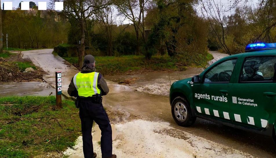 Agents Rurals controlant el desembassament de la presa del Catllar.