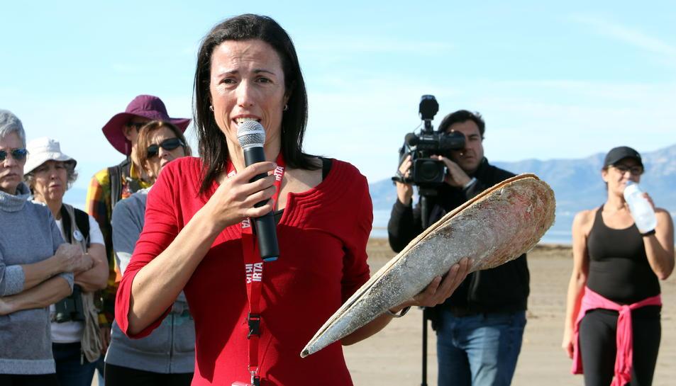 La investigadora de l'IRTA, Patrícia Prado, ensenyant un exemplar d'una nacra.