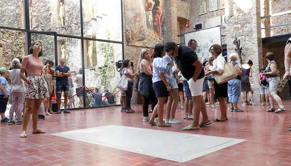 Imatge d'arxiu de turistes viistant el Museu Dalí de Figueres.
