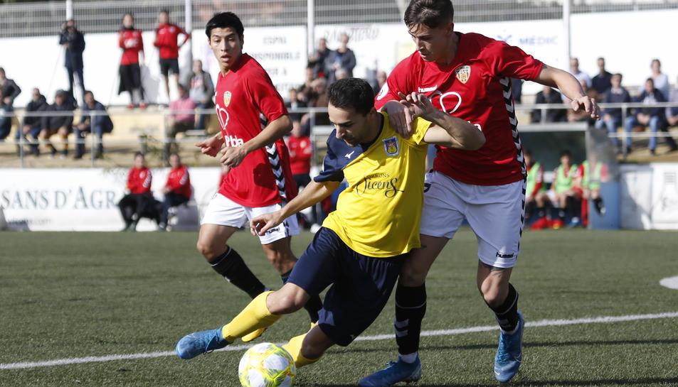 Una de les jugades de l'últim partit disputat per la Pobla contra el Castelldefels.