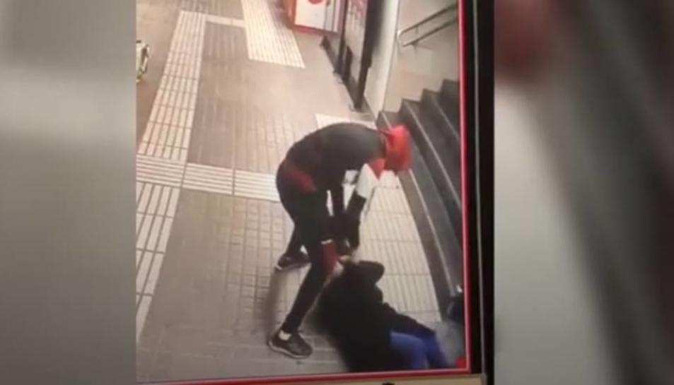 Una imatge del vídeo on es veu l'agressió al metro.