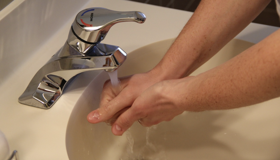 Hauríemde tardar entre 20 i 30 segons en rentar-nos bé les mans.