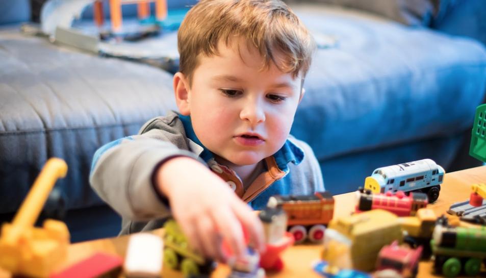 Imatge d'un nen jugant.