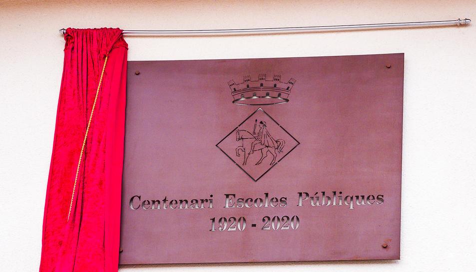 Imatge de la placa commemorativa d'aquest centenari de les Escoles Públiques (1920-2020).