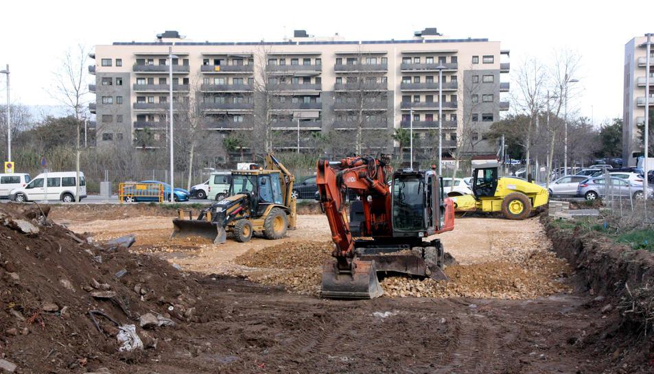 Pla obert de maquinària movent terres al solar del futur Centre Penitenciari Obert de Tarragona.