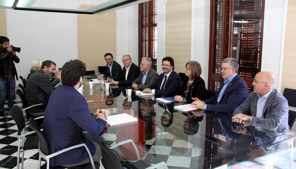 Pla obert de la reunió entre representants del Govern i els alcaldes que formen part del Pacte per a les infraestructures del Camp de Tarragona.