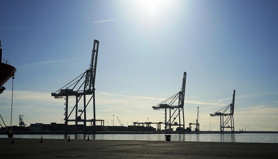 Imatge d'arxiu d'unes grues al Port de Tarragona.