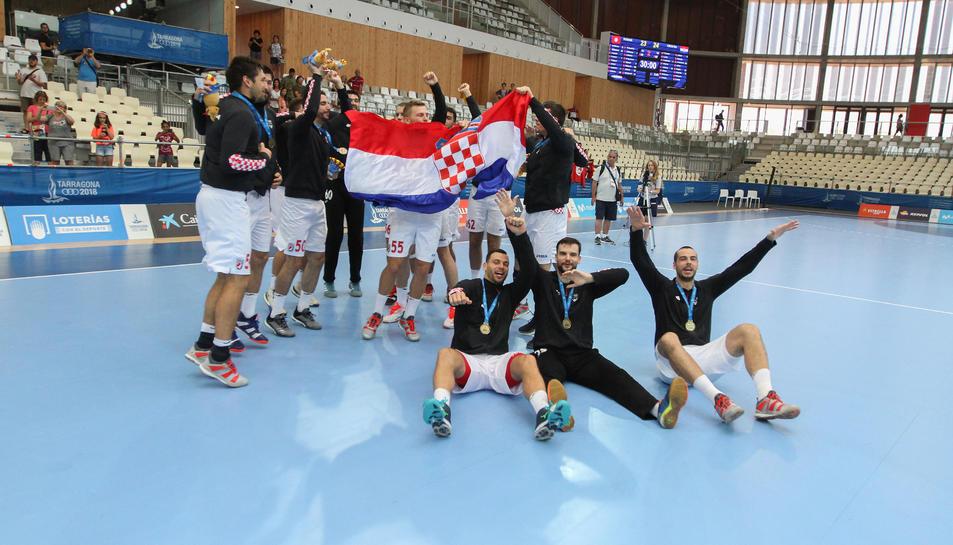 La selecció de Croàcia d'handbol, celebra la victòria al Palau d'Esports als Jocs Mediterranis.