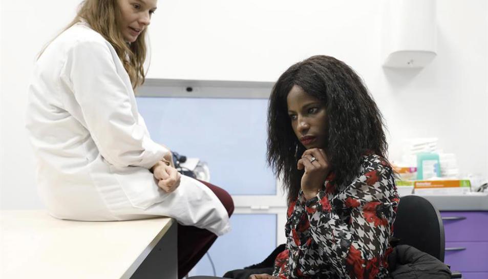 Imatge d'arxiu d'una ginecòloga amb una pacient de Mauritània.