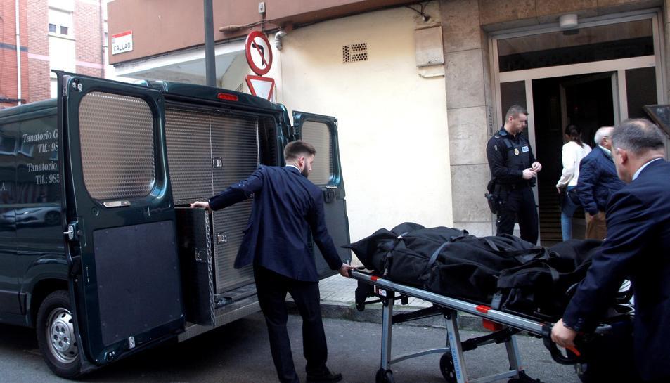 Dues persones transporten el cadàver de la dona de 41 anys que van trobar dilluns amb signes de violència.