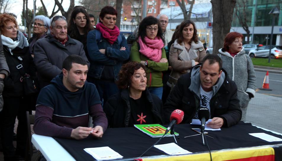 Pla mitjà dels tres investigats -Edgar Fernández, Mariona Quadrada i Ricard Aragonès- durant la lectura d'un comunicat davant els jutjats de Reus.