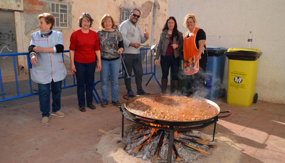 Els participants en la preparació de la paella.