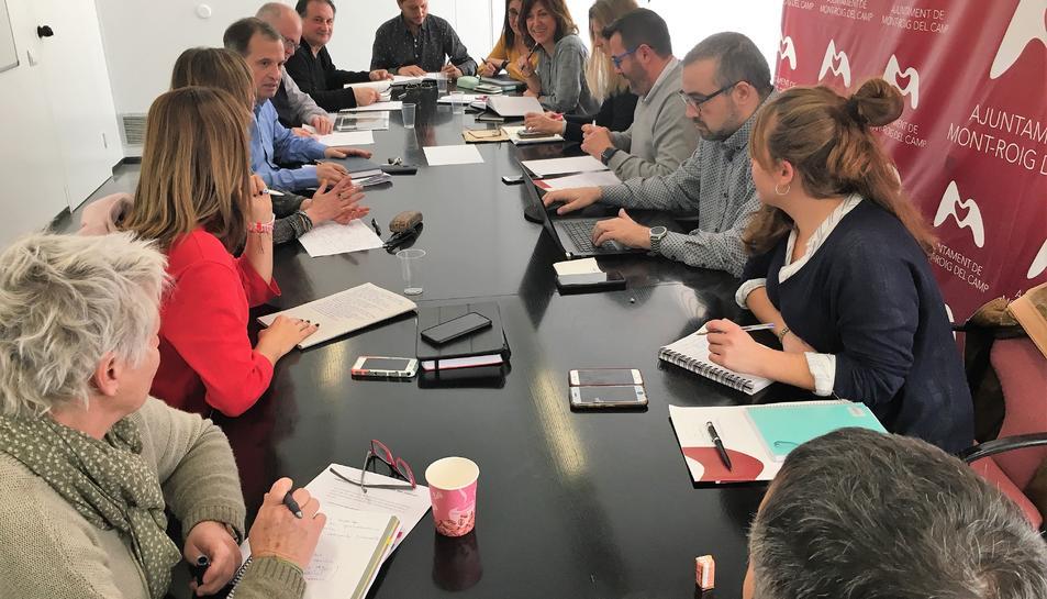 Imatge de la reunió conjunta dels dos ajuntaments.