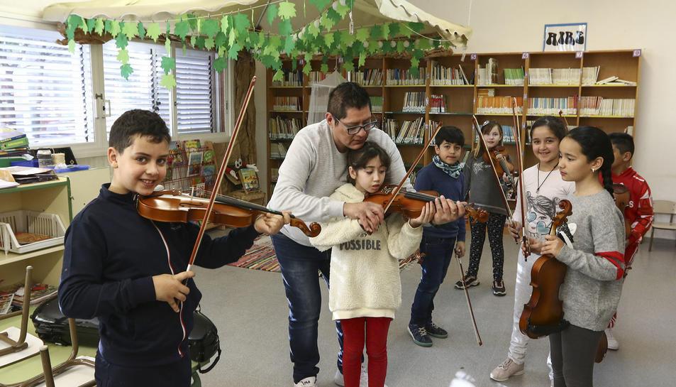 Un grup d'estudiants progressen amb l'instrument sota la direcció d'Héctor Basuto.