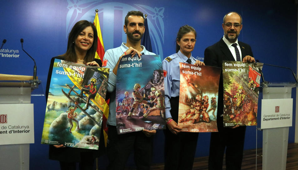 La presidenta de l'Institut Català de les Dones, Laura Martínez, l'il·lustrador i tècnic de sala de Bombers, Pedro Jose Doncel, la subinspectora del Cos de Bombers, Mercè López i el conseller d'Interior, Miquel Buch.