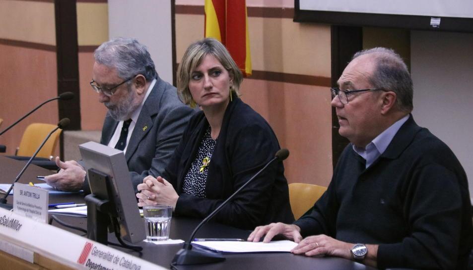 El secretari de Salut Pública, Joan Guix; la consellera de Salut, Alba Vergés, i del cap del Servei de Medicina Preventiva i Epidemiologia de l'Hospital Clínic de Barcelona, Antoni Trilla.