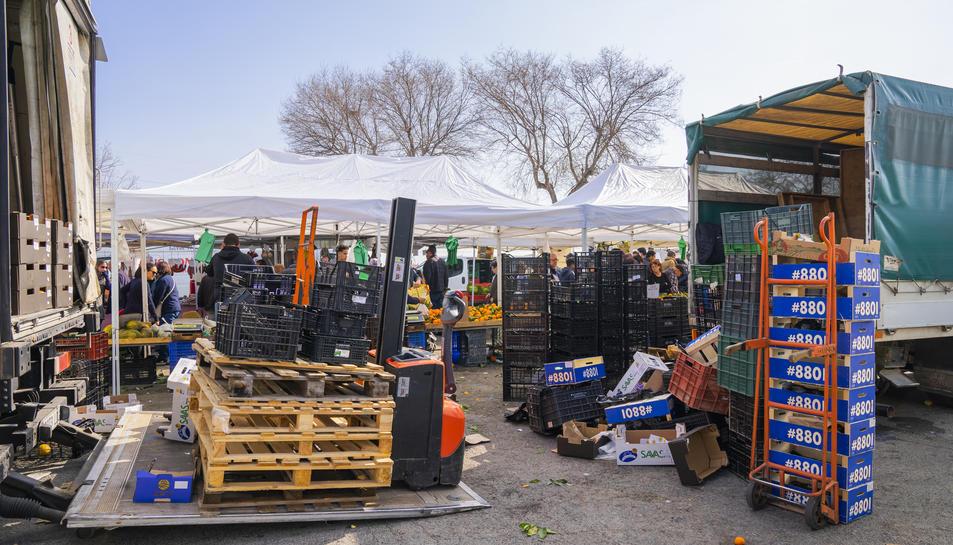 Imatge de caixes de plàstic i cartró a una parada de fruita i alimentació del mercadet de Bonavista de la jornada d'ahir.