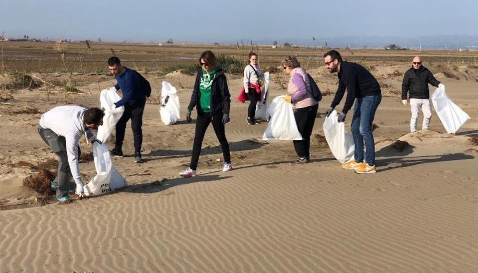 Voluntaris netejant les escombraries a Deltebre.